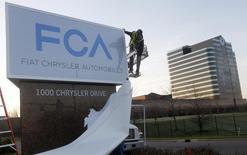 Le constructeur automobile américain Chrysler Group a annoncé mardi avoir changé son nom en FCA US LLC avec effet immédiat pour reprendre la terminologie du nom de sa maison mère Fiat Chrysler Automobiles (FCA) NV. /Photo prise le 6 mai 2014/REUTERS/Rebecca Cook