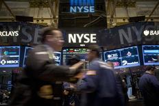 A New York, le Dow Jones a fini mardi en baisse de 0,63%, le S&P-500 a perdu 0,81% et le Nasdaq Composite a reculé de son côté de 1,23%. /Photo prise le 16 décembre 2014/REUTERS/Brendan McDermid