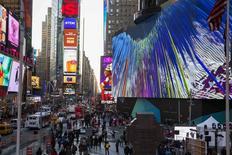 Transeúntes caminan por Times Square en Nueva York. Imagen de archivo, 19 noviembre, 2014. Los precios al consumidor de Estados Unidos registraron su mayor caída en casi seis años en noviembre ante un desplome del valor de la gasolina, pero esto probablemente hará poco para cambiar la opinión de que la Reserva Federal comenzará a elevar las tasas de interés a mediados de 2015. REUTERS/Lucas Jackson