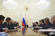 Премьер-министр России Дмитрий Медведев (в центре) на совещании в Москве 17 декабря 2014 года. Российские власти пытаются оградить рубль от дальнейшего падения словесными интервенциями, взывая к совести спекулянтов и напоминая об ответственности экспортерам, и обещают не прибегать к жестким мерам, предложив в качестве успокоительного валютные остатки Минфина и вновь посулив скорую выдачу банкам валютных кредитов под залог нерыночных активов. REUTERS/Dmitry AstakhovRIA Novosti/Pool