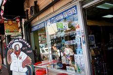 Una tienda de regalos en el barrio pequeña Habana de Miami, EEUU, mayo 17 2014. Los presidentes de Estados Unidos, Barack Obama, y de Cuba, Raúl Castro, anunciaron el miércoles los primeros pasos para normalizar las relaciones diplomáticas entre ambas naciones, un cambio necesario según la Casa Blanca porque el embargo sobre la isla de gobierno comunista no ha logrado promocionar la democracia y ha afectado a los cubanos.   REUTERS/Brian Blanco