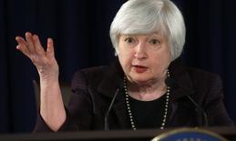 """La presidenta de la Reserva Federal de Estados Unidos, Janet Yellen, en una conferencia de prensa en Washington, dic 17 2014. La Reserva Federal de Estados Unidos envió el miércoles una sólida señal de que se encaminaba a elevar las tasas de interés en algún momento del próximo año, modificando en su comunicado la promesa de mantener los tipos cerca de cero por ciento por un """"periodo prolongado"""", en una muestra de su confianza en la economía. REUTERS/Kevin Lamarque"""