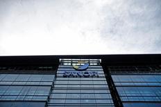 Le titre Sanofi figure au rang des valeurs à suivre ce mercredi à la Bourse de Paris, après que le groupe pharmaceutique a annoncé que sa division Santé Animale Merial avait conclu un accord avec Bayer HealthCare en vue d'acquérir deux produits de santé équine. /Photo prise le 30 octobre 2014/REUTERS/Christian Hartmann