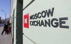 Вывеска у входа в помещение Московской биржи 14 марта 2014 года. Российский рынок акций вновь демонстрирует существенную волатильность при открытии торгов на фоне продолжающегося снижения цен на нефть и мер ЦБР, направленных на сдерживание ослабления рубля. REUTERS/Maxim Shemetov