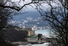 Вид на Ялту 11 марта 2014 года. Евросоюз в четверг запретил инвестиции в Крыму, приостановив европейскую помощь в нефтегазопоисковых работах на Черном море, и объявил незаконными заходы круизных европейских судов в порты полуострова. REUTERS/Thomas Peter