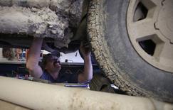 El mecánico de Parachute Service Mark Knox trabaja sobre un vehículo en Parachute, EEUU, dic 10 2014. El sector servicios de Estados Unidos se expandió en diciembre al menor ritmo desde febrero ya que el crecimiento del empleo y los nuevos negocios se moderó, mostró un informe el jueves.  Reuters/Jim Urquhart
