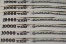 Купюры валюты иена в Токио 28 февраля 2013 года. Курс иены снижается на фоне роста котировок рискованных активов и накануне пресс-конференции управляющего Банка Японии по итогам совещания центробанка. REUTERS/Shohei Miyano
