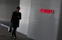 Nissan Motor et son partenaire Renault ont suspendu les commandes de certains modèles en Russie et pourraient relever leurs prix sur d'autres si le rouble continue sa dégringolade. /Photo prise le 19 décembre 2014/REUTERS/Thomas Peter