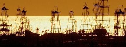 Вид на месторождение нефти в Баку 16 октября 2005 года. Цены на нефть Brent растут с минимума 5,5 лет, так как инвесторы стараются сбалансировать позиции к концу года после полугодового падения котировок. REUTERS/David Mdzinarishvili