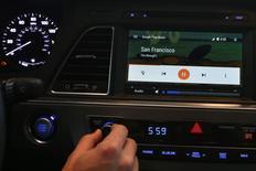 Une interface d'Android Auto telle que présentée lors de la conférence Google des développeurs à San Francisco en juin. Selon plusieurs sources, Google a entamé le développement d'une nouvelle version de son système d'exploitation Android qui pourrait être installée directement dans des voitures, ce qui permettrait aux automobilistes d'être connectés à internet sans même avoir à connecter leur téléphone. /Photo prise le 25 juin 2014/REUTERS/Elijah Nouvelage