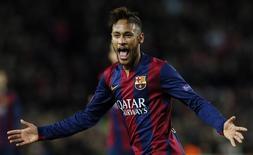 Jogador do Barcelona Neymar comemora após marcar gol contra o Paris St Germain em partida pela Liga dos Campeões, no estádio Camp Nou, em Barcelona. 10/12/2014. REUTERS/Albert Gea