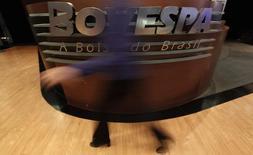 Una mujer pasa frente al logo del Bovespa en la Bolsa de Valores de Sao Paulo. Imagen de archivo, 4 agosto, 2011.  El principal índice de acciones de Brasil subía el viernes y se encaminaba a cerrar la semana al alza, en medio de una tregua en la aversión al riesgo en el ambiente financiero global, y los títulos de la petrolera estatal Petrobras figuraban entre los principales componentes positivos. REUTERS/Nacho Doce