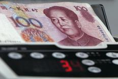 Yuan banknotes are counted at a currency exchange store in Hong Kong January 11, 2007.  REUTERS/Bobby Yip