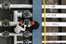 Рабочие на НПЗ в Цзинмэне, КНР 8 декабря 2006 года. Цены на нефть растут на фоне подъема на фондовых рынках Азии, и большинство аналитиков считают, что цена на Brent удержится выше $60 за баррель до конца года. REUTERS/Stringer
