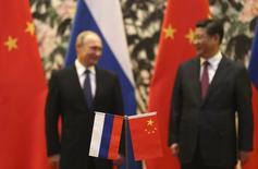Президент России Владимир Путин и председатель КНР Си Цзиньпин на церемонии подписания документов в Пекине 9 ноября 2014 года. Китай готов помочь России при необходимости, но считает, что она способна сама преодолеть нынешние экономические сложности, сказал министр иностранных дел КНР Ван И. REUTERS/How Hwee Yong/Pool