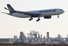 Le constructeur aéronautique européen Airbus poursuit la compagnie aérienne japonaise Skymark Airlines en Grande-Bretagne au sujet d'un contrat annulé portant sur des très gros porteurs A380. /Photo prise le 19 novembre 2014/REUTERS/Toru Hanai