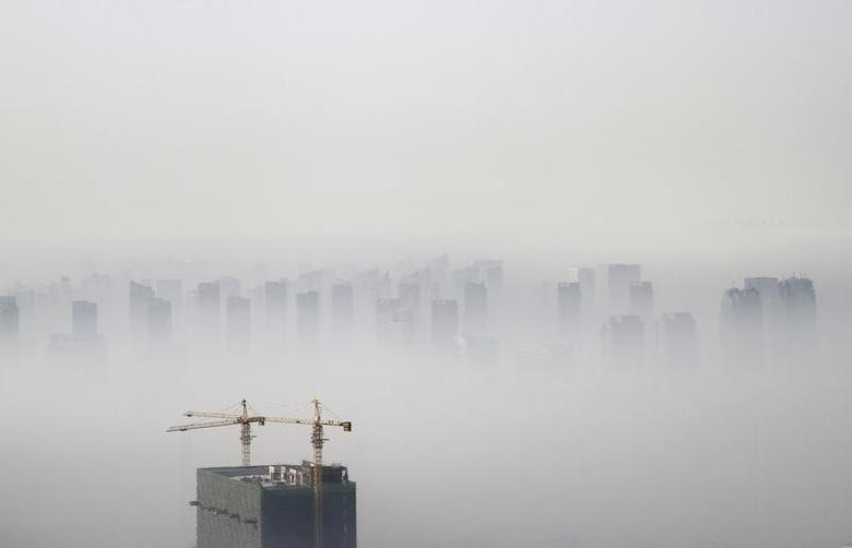 A building under construction is seen amidst smog on a polluted day in Shenyang, Liaoning province November 21, 2014.  REUTERS/Jacky Chen