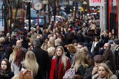 Consumidores na Oxford Street, em Londres, no último fim de semana antes do Natal. 20/12/2014 REUTERS/Luke MacGregor