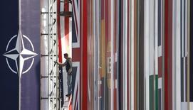 Плакаты с флагами НАТО и стран-членов альянса в Страсбурге 2 апреля 2009 года. Верховная Рада Украины проголосовала за сближение с НАТО и отмену внеблокового статуса страны, утратившей контроль над частью территории из-за восстания пророссийских сепаратистов на востоке и аннексии Крыма Россией. REUTERS/Christian Hartmann