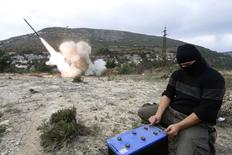 Combatente rebelde sírio dispara míssil de longa distância Grad contra forças do presidente Bashar Al-Assad na cidade de Jableh, na província de Latakia. 04/12/2014 REUTERS/Alaa Khweled