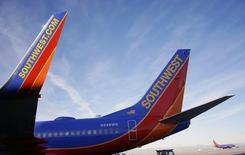 Jato da Southwest Airlines aguarda na pista no Aeroporto Internacional de Denver. 22/01/2014 REUTERS/Rick Wilking