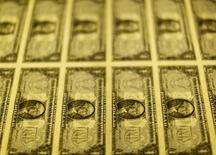 Billetes de dólar estadounidense vistos en etapa de producción en Washington. Imagen de archivo, 14 noviembre, 2014.  El dólar se fortalecía el martes luego de la divulgación de un dato que mostró que la economía de Estados Unidos se expandió a su ritmo más veloz en 11 años en el tercer trimestre.  REUTERS/Gary Cameron