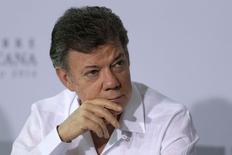 El presidente de Colombia, Juan Manuel Santos, durante un foro en Veracruz. Imagen de archivo, 9 diciembre, 2014.  Colombia redujo la meta de crecimiento de la economía para el próximo año a un 4,2 por ciento, desde una original de 4,8 por ciento, debido a la caída en los ingresos petroleros, dijo el martes el presidente, Juan Manuel Santos. REUTERS/Tomas Bravo