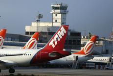 Aviões da TAM e da Gol no aeroporto Santos Dumont, no Rio de Janeiro. REUTERS/Pilar Olivares (BRAZIL - Tags: BUSINESS TRANSPORT)