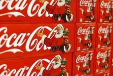 Coca-Cola prévoirait de supprimer entre 1.000 et 2.000 postes au niveau mondial dans les semaines à venir,, dans le cadre du programme de trois milliards de dollars d'économies de coûts annoncé le 21 octobre par le groupe après la publication d'un recul de 14% de son bénéfice net au troisième trimestre. /Photo prise le 17 novembre 2014/REUTERS/Mike Blake