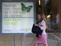 Mulher caminha em frente à sede do Novo Banco em Lisboa. 26/08/2014 REUTERS/Hugo Correia