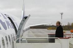 Владимир Путин заходит в самолет компании Трансаэро в Санкт-Петербурге 26 октября 2009 года. Российские власти готовы предоставить второй по объемам перевозок в РФ авиакомпании Трансаэро госгарантию на сумму 9 миллиардов рублей, следует из проекта постановления правительства. REUTERS/RIA Novosti/Alexei Nikolsky/Pool