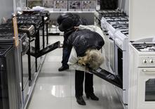 Покупатели в магазине электроники в Ставрополе 17 декабря 2014 года. Инфляция в России с 16 по 22 декабря, на неделе, когда девальвационные ожидания вывели курс доллара и евро к своим максимумам, составила 0,9 процента, сообщил Росстат. REUTERS/Eduard Korniyenko
