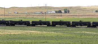 Ж/д цистерны с нефтью в Вайоминге 15 июля 2014 года. Цены на нефть снижаются за счет неожиданного повышения запасов в США. REUTERS/Rick Wilking