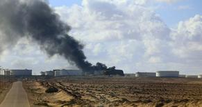 Emanaciones de humo negro desde el tanque de almacenamiento Es Sider en Ras Lanuf, 25 diciembre, 2014. Un incendio en un tanque de almacenamiento de petróleo en el puerto de Es Sider de Libia se ha extendido a dos depósitos más, dijeron las autoridades el viernes. REUTERS/Stringer