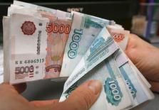Le ministre des Finances russe, Anton Silouanov a déclaré vendredi que l'économie pourrait se contracter de 4% en 2015 si les cours du brut se maintenaient à leur niveau actuel, autour de 60 dollars le baril. /Photo prise le 26 décembre 2014/REUTERS/Ilya Naymushin