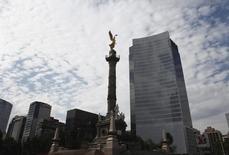 El Monumento a la Independencia visto en Ciudad de México. Imagen de archivo, 11 diciembre, 2012. México registró un déficit de 1064 millones de dólares en la balanza comercial desestacionalizada de noviembre, dijo el viernes el instituto de estadísticas. REUTERS/Edgard Garrido