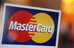 """El logo de Mastercard visto afuera de un restaurante en Nueva York. Imagen de archivo, 3 febrero, 2010. Los consumidores estadounidenses gastaron activamente en hospedaje y restaurantes durante la temporada de fiestas de fin de año, mientras que las ventas de electrónicos se mantuvieron estables, reflejando un cambio hacia gastar en """"experiencias"""" en vez de bienes materiales, dijo MasterCard en un reporte.  REUTERS/Shannon Stapleton"""