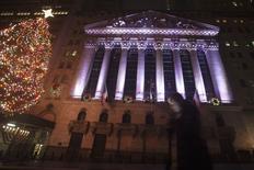 La Bourse de New York a fini en hausse vendredi, mais dans des échanges sans relief au lendemain de Noël.  /Photo prise le 24 décember 2014/REUTERS/Carlo Allegri