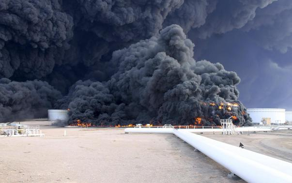 Smoke rises from an oil tank fire in Es Sider port December 26, 2014. A fire at an oil storage tank at Libya's Es Sider port has spread to two more tanks after a rocket hit the country's biggest terminal during clashes between forces allied to competing governments, officials said on Friday. Picture taken December 26, 2014.  REUTERS-Stringer
