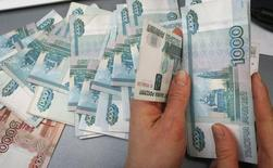 L'économie russe s'est contractée (-0,5%) en novembre pour la première fois depuis la crise financière mondiale, sous le double effet des sanctions occidentales et de la chute des cours du pétrole. /Photo prise le 26 décembre 2014/REUTERS/Ilya Naymushin