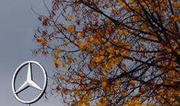 Logotipo da Mercedes-Benz, subsidiária da Daimler, perto de Frankfurt. 23/10/2013 REUTERS/Kai Pfaffenbach