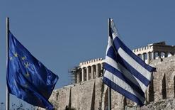 Bandeiras da Grécia e da UE vistas à frente do Partenon, em Atenas. 08/01/2014 REUTERS/Yorgos Karahalis