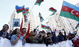 Митинг оппозиции в Баку 12 октября 2013 года. Президент Азербайджана Ильгам Алиев в понедельник помиловал 87 осуждённых, включая 10 человек, которых правозащитники считают политическими заключёнными. REUTERS/David Mdzinarishvili