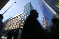 Personas caminan por un sector comercial en el centro de Santiago . Imagen de archivo, 25 agosto, 2014. El desempleo en Chile se redujo inesperadamente a un 6,1 por ciento en el trimestre móvil septiembre-noviembre, empujado por factores estacionales positivos y sin aún reflejar los efectos de una marcada desaceleración de la economía. REUTERS/Ivan Alvarado