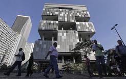 La sede corporativa de Petrobras en Río de Janeiro, abr 11 2014. Parte de la deuda en moneda extranjera de Petrobras podría ser declarada en default técnico a partir del martes, si los bonistas adhieren a una campaña para obligar a la petrolera estatal brasileña a acelerar una valoración de las pérdidas generadas por un enorme escándalo de corrupción. REUTERS/Ricardo Moraes