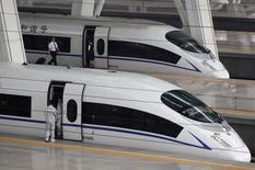 Les deux premiers constructeurs de trains chinois -les groupes publics China CNR et CSR- vont fusionner afin de faire concurrence à des groupes tels que l'allemand Siemens et le canadien Bombardier sur les appels d'offres internationaux et promouvoir la technologie chinoise de grande vitesse. /Photo d'archives/REUTERS/Jason Lee
