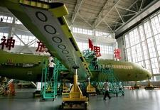 Airbus est l'une des valeurs à suivre à la Bourse de Paris après que l'avion fabriqué en Chine ARJ-21 a reçu une autorisation de mise en service de la part de l'autorité chinoise de l'aviation civile, après plusieurs années de délais due à des problèmes techniques. /Photo d'archives/REUTERS/China Daily