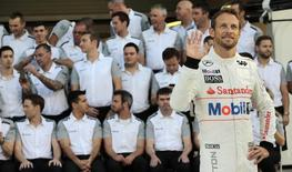 Piloto britânico da equipe McLaren de Fórmula 1 Jenson Button antes do Grande Prêmio de Abu Dhabi. 20/11/2014. REUTERS/Caren Firouz