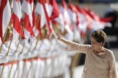 Presidente Dilma Rousseff acena para o público ao chegar no Palácio do Planalto após tomar posse no Congresso, em Brasília. 1/01/2015. REUTERS/Ueslei Marcelino