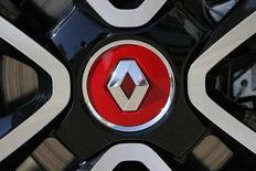 Le secteur de l'automobile est touché à la Bourse de Paris et à mi-séance Renault perd près de 1,0% après l'annonce d'une chute de 6,8% des immatriculations de voitures neuves en France le mois dernier, soit le deuxième plus faible mois de décembre qu'ait connu le marché depuis la crise de 2008. /Photo prise le 15 septembre 2014/REUTERS/Stéphane Mahé
